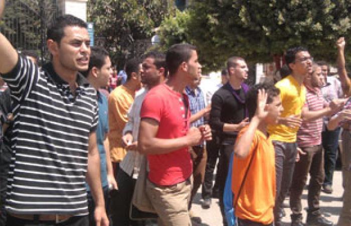 طلاب الإخوان يتظاهرون أمام مجمع كليات بنها