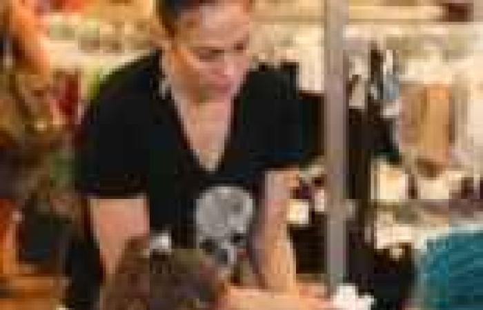 بالصور| جينيفر لوبيز تتسوق مع طفلتها بدون مكياج في لوس أنجلوس