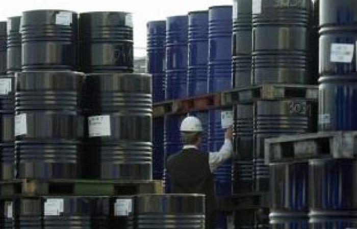 وكالة الطاقة تتوقع انحسار الضغوط بسوق النفط مع تحسن المعروض