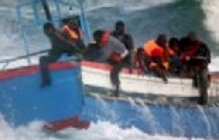 مئات الفارين من اللاجئين السوريين يصلون إلى ساحل إيطاليا