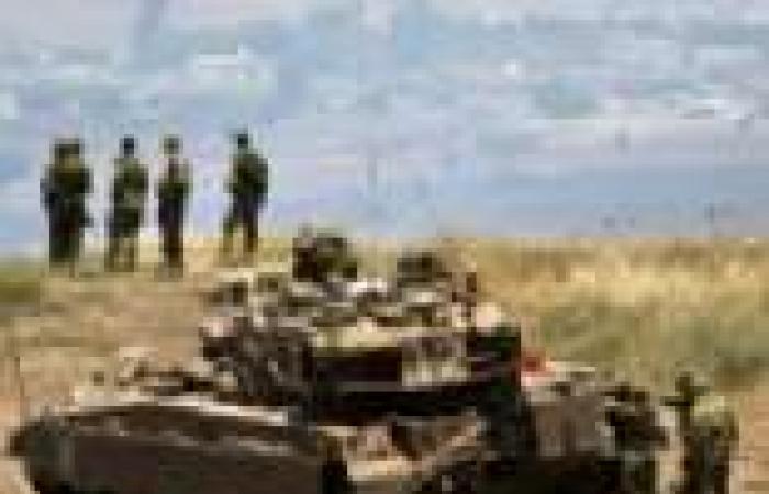 معارضون سوريون مسلحون يقاتلون قوات الأسد في بلدة رئيسية بأدلب