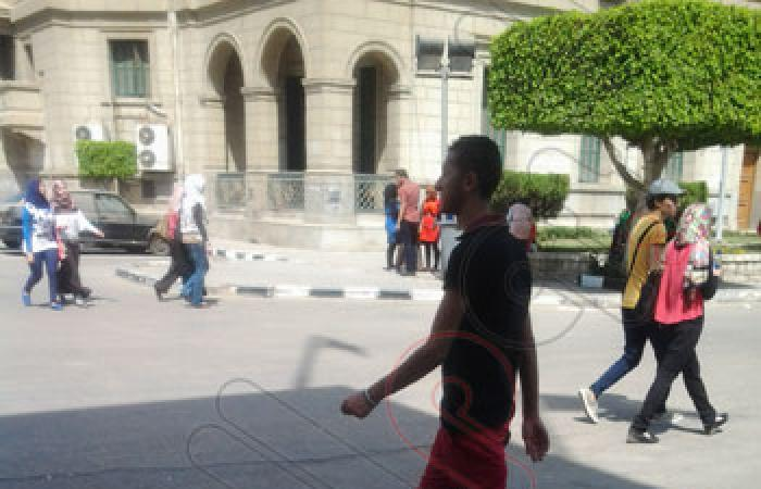 """بالصور.. إدارة جامعة القاهرة تفشل فى منع مرتدى """"الشورت"""" من الدخول"""