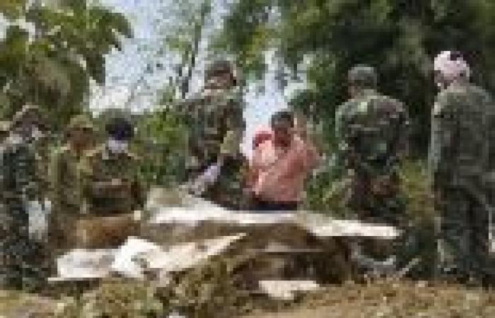 بالصور| البحث عن جثث الضحايا بعد تحطم طائرة في لاوس