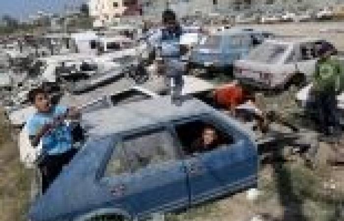 بالصور| أطفال غزة يحتفلون بعيد الأضحى عن طريق اللهو بين حطام السيارات