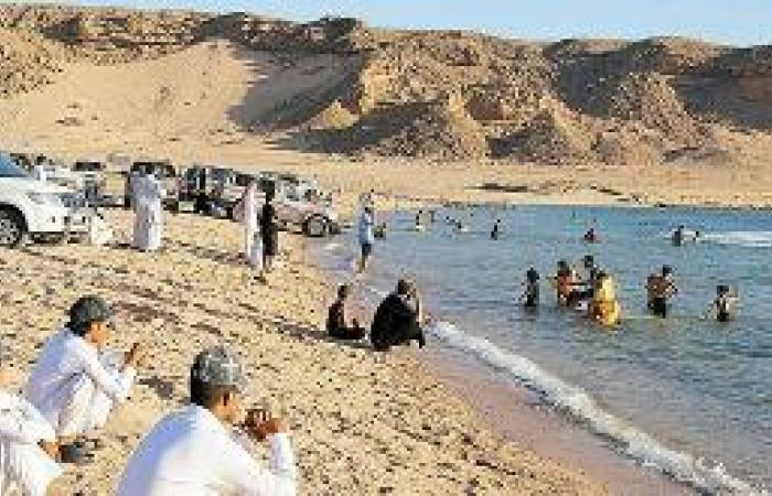 حقل.. طبيعة خلابة مزجت الصحراء بماء البحر