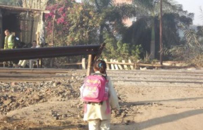 """أطفال """"شنتنا الحجر"""" بالمنوفية ينتظرون الموت يوميا خلال ذهابهم للمدرسة"""