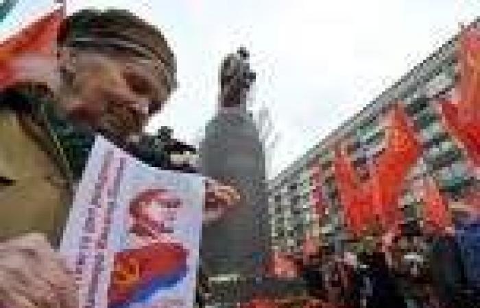 متظاهرون يحطمون تمثال الزعيم السوفيتي «لينين» في «كييف»
