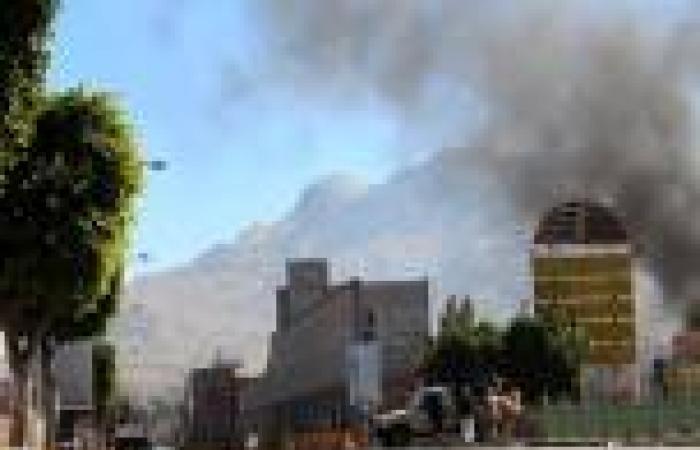 مسؤولو أمن: غارة جوية تقتل 15 مدنيًا بطريق الخطأ في اليمن