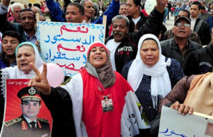 """متظاهرو """"القائد إبراهيم"""": """"من غير ما تلف ولا تدور.. قول نعم للدستور"""""""