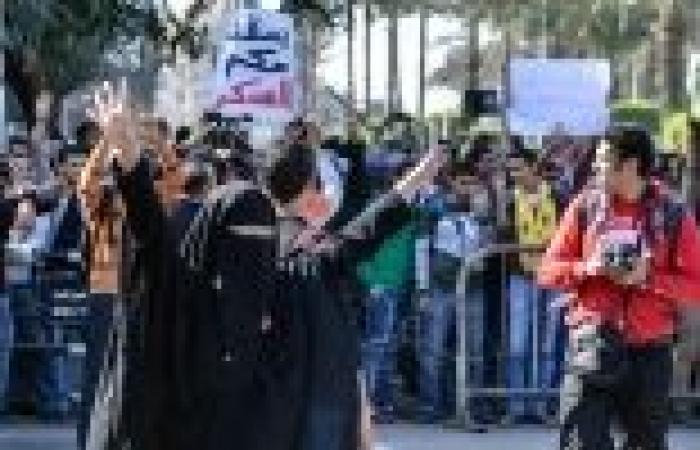 متظاهرو مسيرة شارع الهرم يحطمون سيارة ملاكي
