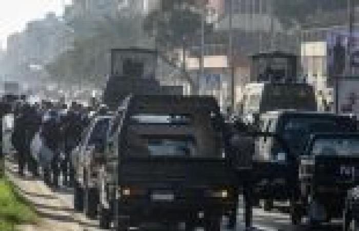 """الأمن يطلق قنابل الغاز على مؤيدي """"المعزول"""" بالسويس بعد حرقهم لسيارة شرطة"""