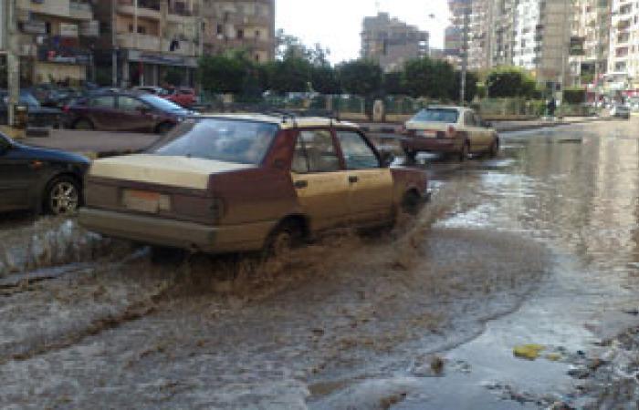 برك المياه تصيب شوارع المنصورة بالشلل التام