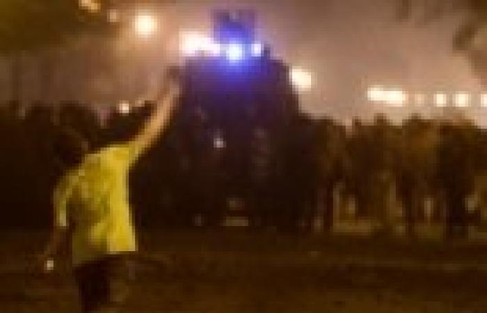 الشرطة تفرق المتظاهرين بقنابل الغاز أمام مجلس الوزراء