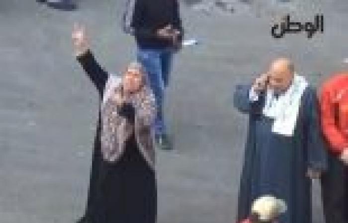 """بالفيديو  عجوز تهتف للسيسي وتتحدى مسيرة إخوانية بالهرم: """"على جثتنا.. الإرهاب يحكم دولتنا"""""""