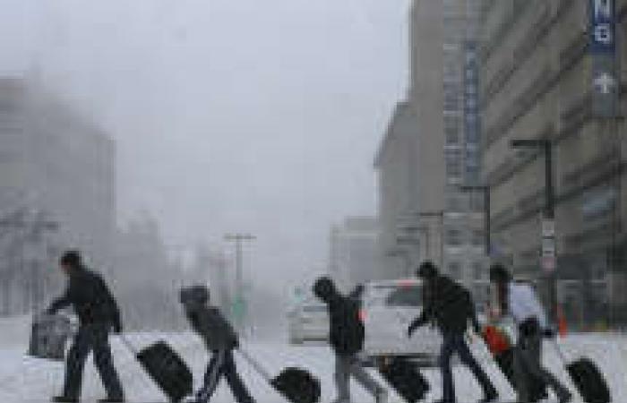 «العاصفة الثلجية» تُعرقل الحياة في الولايات المتحدة وتُعطّل السفر والتجارة