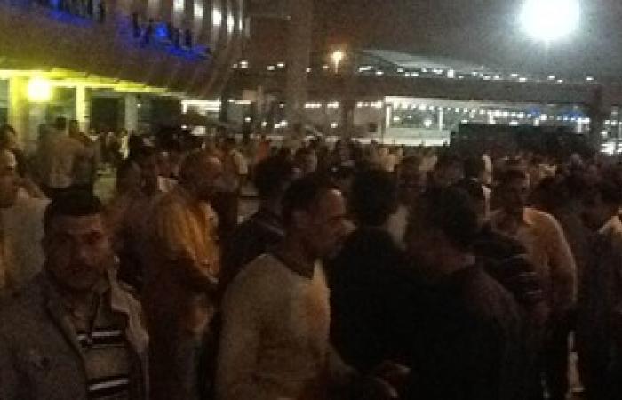أمناء شرطة المطار يتجمعون أمام صالة 1 للاحتجاج على حبس زميلهم
