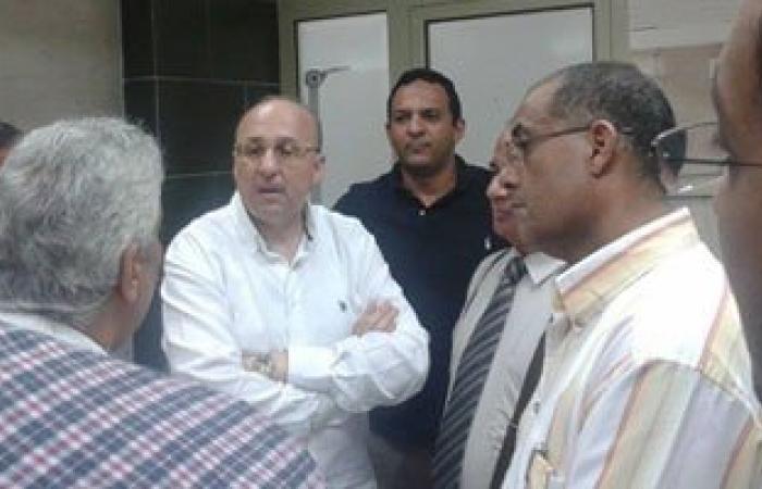 وزير الصحة يناظر حالة مصاب فى حادث سيارة بمستشفى الحمام المركزى