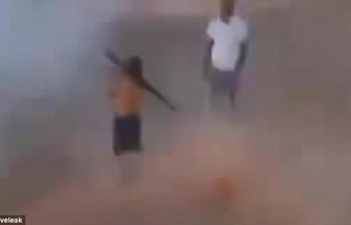 بالصور والفيديو.. طفل ليبي يتدرب علي إطلاق قذائف «أر بي جي»