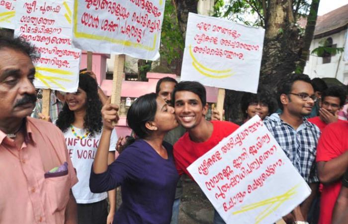 فيديو وصور.. احتجاجات بـ«القبلات» تجتاح الهند ضد الطبقية والتقاليد.. والشرطة تفضها