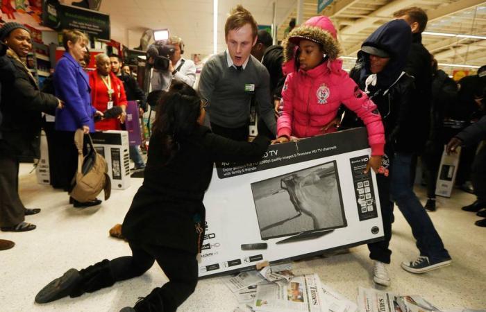 «الجمعة السوداء» في بريطانيا وأمريكا: إصابات واعتقالات من أجل التسوق