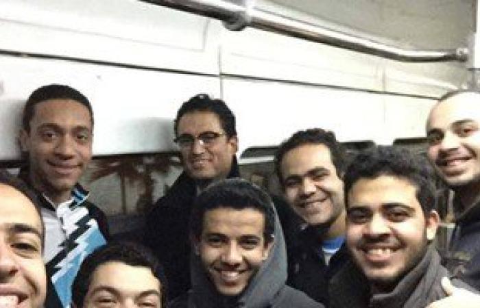 شباب الإسكندرية يلتقطون صورة سيلفى مع المحافظ داخل الترام