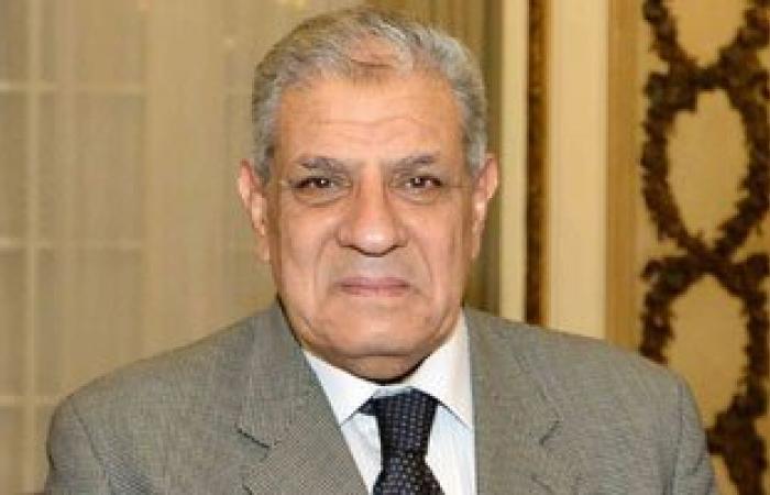 محلب يستمع لمطالب عاملين بمستشفى عين شمس ويعد بحلها