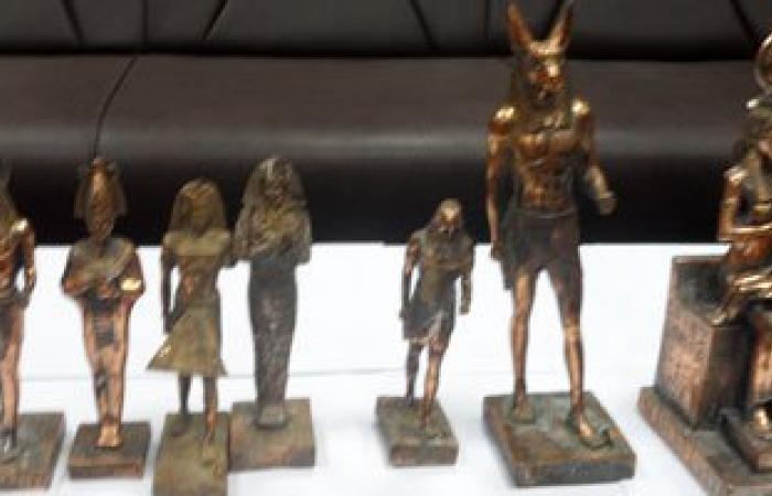 شرطة الآثار تضبط 4 أشخاص بحوزتهم عشرات التماثيل الفرعونية بالفيوم