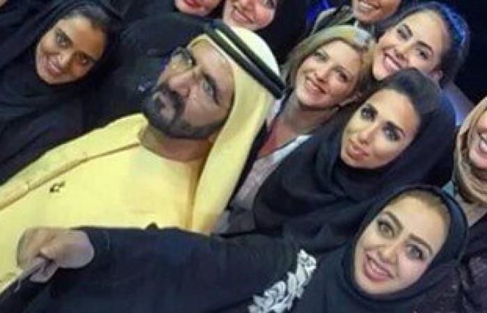 """على غرار """"سيلفى"""" الرئيس.. فتيات إماراتيات يلتقطن صورا مع بن راشد"""