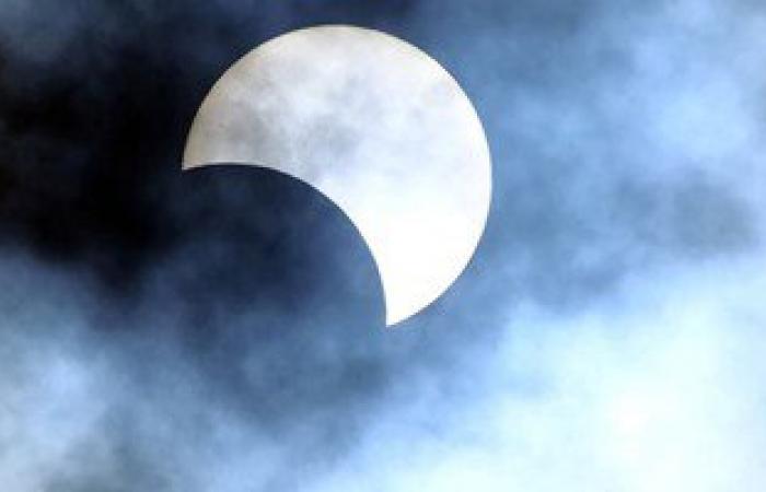 تعرف كيف تحمى عينيك أثناء رؤية كسوف الشمس وتتجنب الإصابة بالعمى