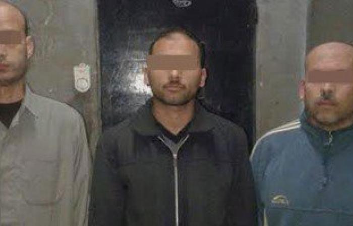 القبض على 3 مدرسين يلصقون صور مرسى على الجدران بالشرقية