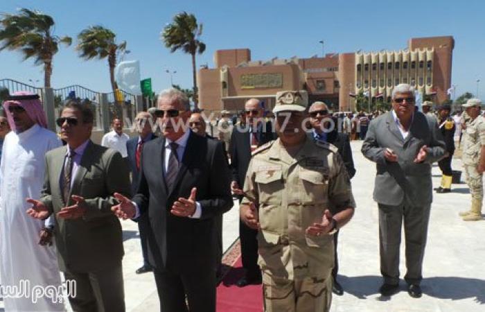 بالصور.. محافظ جنوب سيناء يضع الزهور على نصب الجندى المجهول