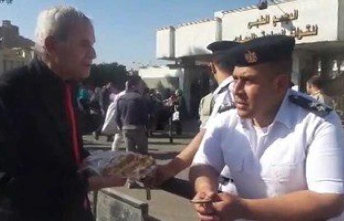 """بالفيديو..أمناء شرطة يرفضون تناول الحلوى من""""أنصار مبارك"""" أمام المستشفى:عاملين دايت"""