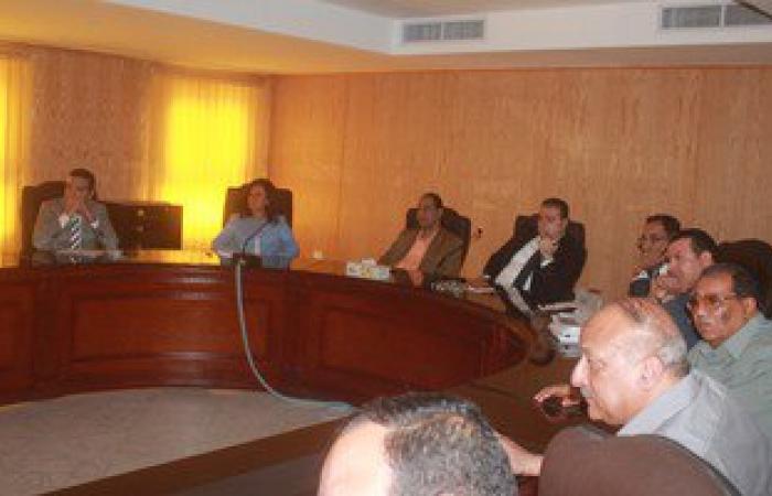 محافظ الفيوم ووفد وزارة التنمية المحلية يستعرضان المشروعات الاستثمارية بالمحافظة