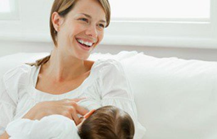 لتفادى ارتجاع اللبن.. ما تنيميش طفلك على ظهره بعد الرضاعة