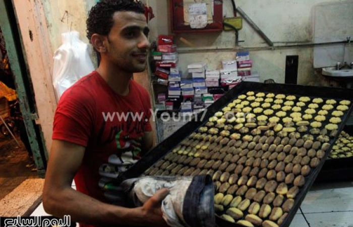 بالصور.. تجهيز صاجات كعك العيد عادة مصرية بالإسماعيلية تأبى الانقراض