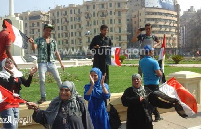 مواطنون يحتفلون بقناة السويس الجديدة فى ميدان التحرير