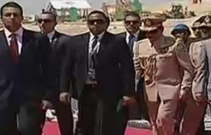 الرئيس السيسى يصل يخت المحروسة بالزى العسكرى لافتتاح قناة السويس الجديدة