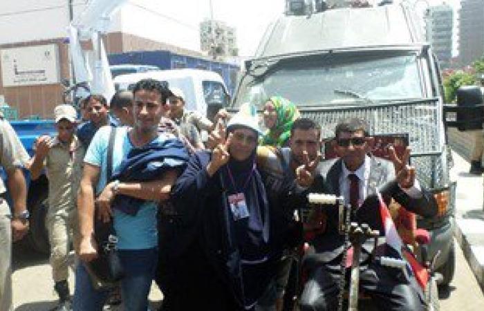 """الشباب بالشرقية يلتقطون صور """"السلفى"""" مع رجال الشرطة احتفالا بقناة السويس"""