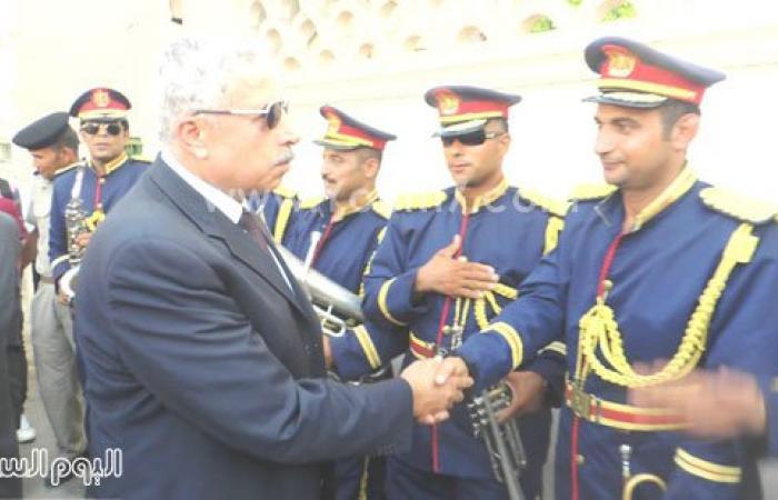 بالصور..مدير أمن الغربية يوزع الورد على المواطنين خلال افتتاح قناة السويس