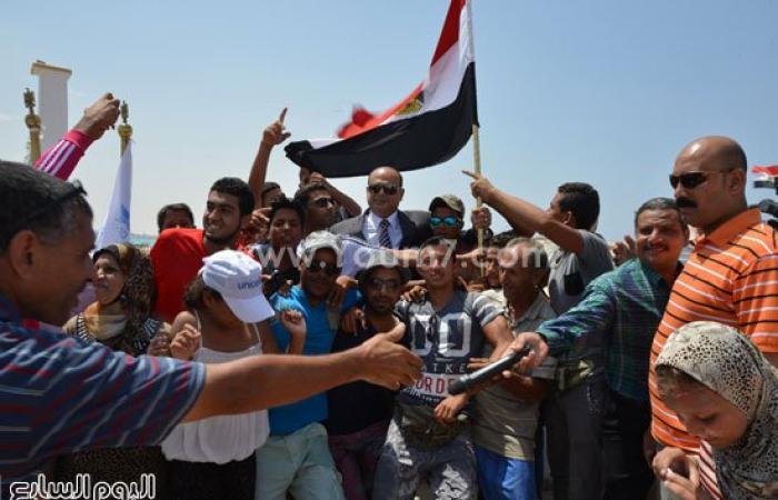 بالصور.. فرحة كبيرة لأهالى مطروح ومصطافيها بافتتاح قناة السويس الجديدة