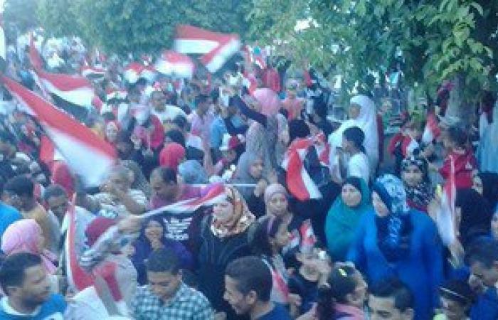 المئات من أهالى الإسماعيلية يحتفلون ببدء العبور فى قناة السويس الجديدة