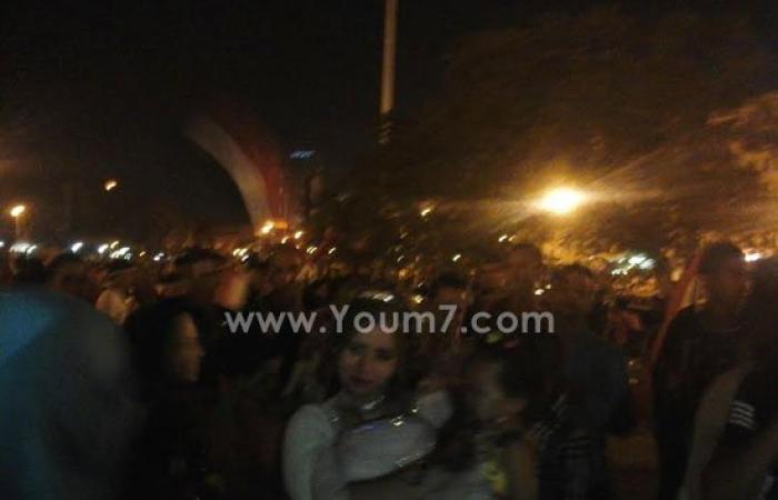 """عروسان يحتفلان بزفافهما فى """"التحرير"""" ابتهاجا بقناة السويس الجديدة"""