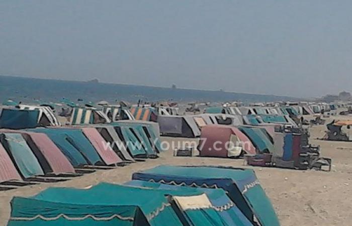 بالصور.. شاطئ بورسعيد يزدحم بالمصطافين هربا من موجة الحر