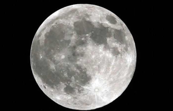 """بالصور.. """"القمر السوبر"""" يضىء سماء القاهرة ويظهر أكبر من حجمه 14%"""