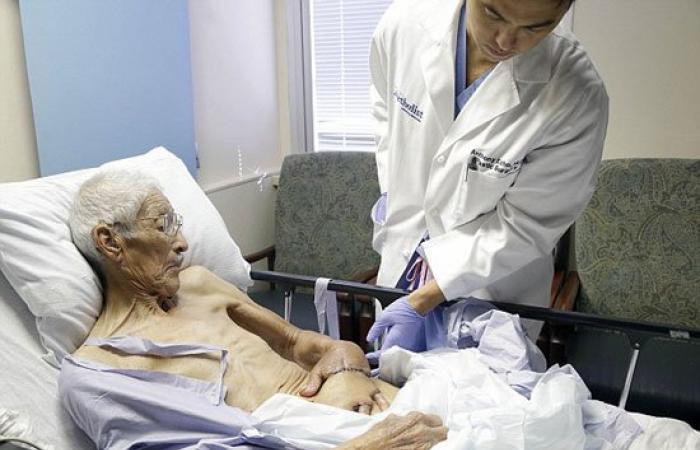 بالصور.. أطباء يثبتون يد عجوز ببطنه لتجنب بترها بعد تعرضه لحادث مروع