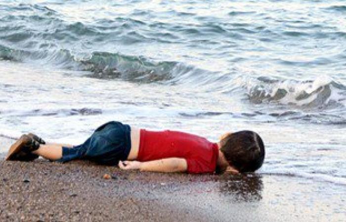 والد الطفل السورى الذى مات غرقا عاد الى كوبانى لدفن عائلته