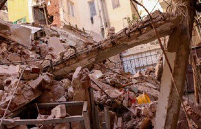 استخراج قتيل من عقار كرموز المنهار وإنقاذ 3 أخرين من تحت الأنقاض