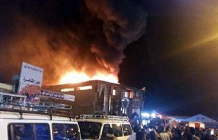 بالصور.. الدفع بـ7 سيارات إطفاء للسيطرة على حريق شركة بالغردقة