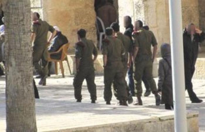 مستوطنون يقتحمون باحات المسجد الأقصى تحت حراسة شرطة الاحتلال