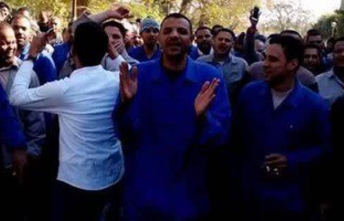 بالصور.. عمال الألمونيوم بنجع حمادى يعتصمون لإقالة رئيس الشركة